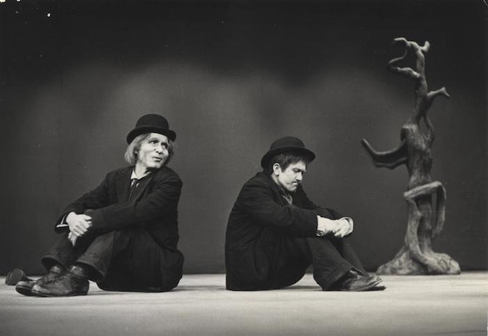 『ゴドーを待ちながら』(作=サミュエル・ベケット 訳・演出=渡辺浩子)より 左より宇野重吉(ウラジミール)と米倉斉加年(エストラゴン)。