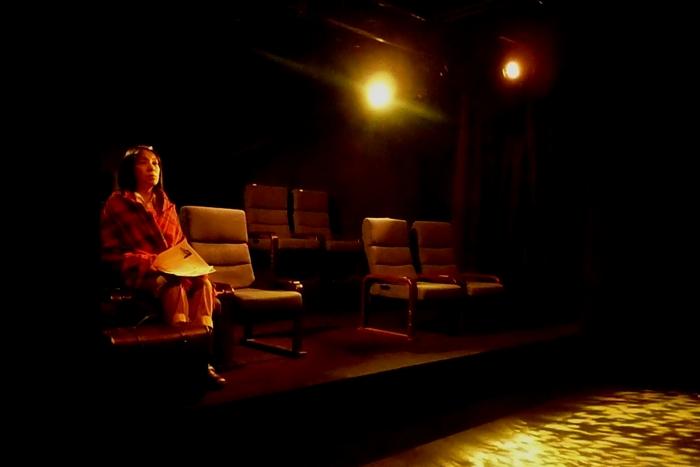 缶の階 客席編『椅子に座る女/椅子を並べる男』 作=久野那美  2014年12月、船場サザンシアター/ウイングフィールド