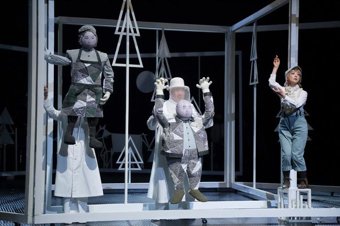 SPAC『グスコーブドリの伝記』 【右から】グスコーブドリ(美加理)、てぐす工場主(吉植荘一郎)、同僚(山本実幸)  撮影=日置真光