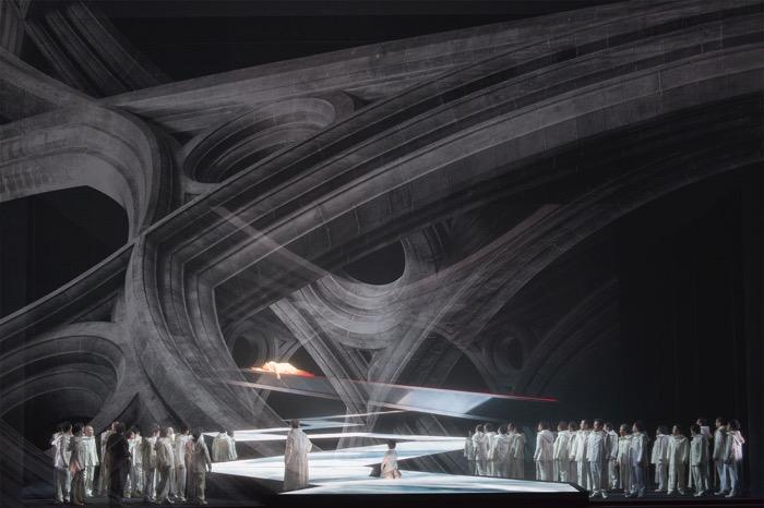 第一幕、聖堂に移る際は、紗幕を下ろし場面転換。動く装置メッサーの上に王が横たわる。撮影:寺司正彦/提供:新国立劇場