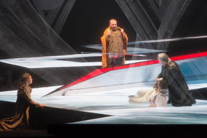 第三幕、「日本の仏教僧侶」に渡された布(あるいは衣)をまとうパルジファル。撮影:寺司正彦/提供:新国立劇場