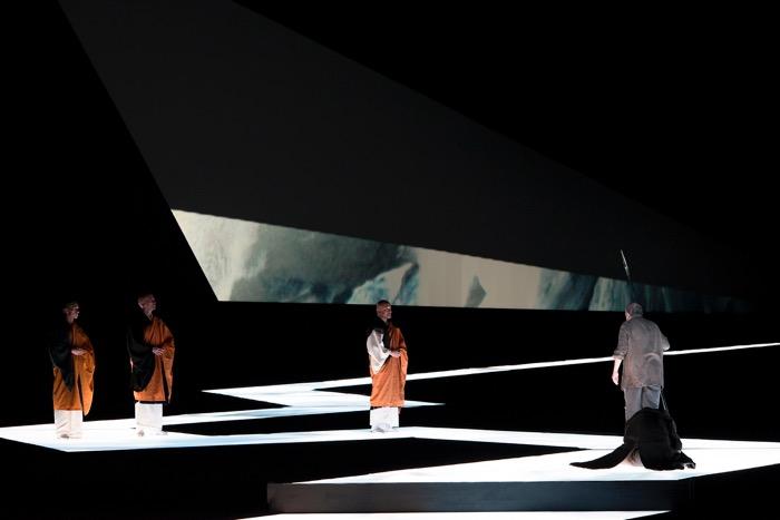 第三幕、聖槍を持つパルジファルが、仏僧と「光の道」で向かい合う。撮影:寺司正彦/提供:新国立劇場