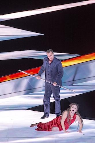 第二幕、クンドリー(エヴェリン・ヘルリツィウス)を操るクリングゾル(ロバート・ボーク)の手には聖槍。後方の赤く光るオブジェがメッサー。撮影:寺司正彦/提供:新国立劇場