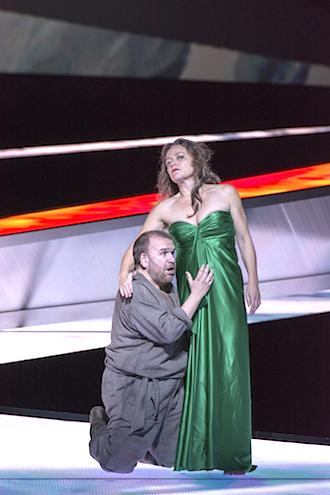 クンドリーがパルジファル(クリスティアン・フランツ)を目覚めさせる場で、苦しみを告白。撮影:寺司正彦/提供:新国立劇場