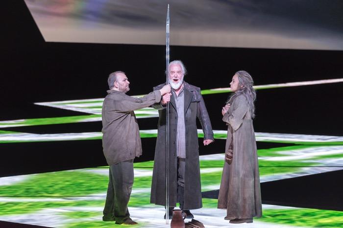 第三幕:老騎士グルネマンツ(ジョン・トムリンソン)が、パルジファルを迎える。クンドリーは二幕から変貌している。撮影:寺司正彦/提供:新国立劇場