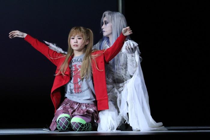 「デスノート The Musical」 (左から) 唯月ふうかのミサ(左)と濱田めぐみのレム。(C)大場つぐみ・小畑健/集英社