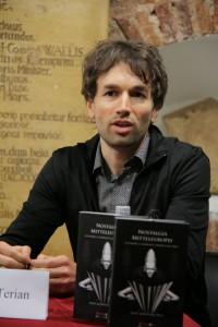 Octavian Saiu氏はルーマニア国立演劇映画大学(演劇学)ならびにニュージーランド、オタゴ大学(比較文学)で博士号を取得し、両大学で教鞭を執る。サイウ氏はサミュエル・ベケットとユジェーヌ・イヨネスコという、共に故郷を離れてフランスで作家活動を行った作家を、舞台と観客との間の文化的交渉理論を批判的に適用しつつ詳細に検討している。最近著は、「不条理演劇」という語を生みだしたマーティン・エスリンの著作が生まれてから50年にわたって、この概念がヨーロッパ、それも特に英仏語の劇作にどのように影響を与えてきたかを探っている。サイウ氏はまた、演劇評論家・コーディネーターとしても国際的に活躍している。 photo Maria Stefanescu