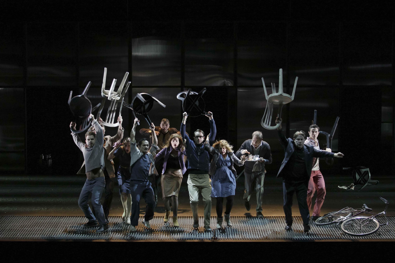 ©Arnold Groeschel パリ市立劇場『犀(サイ)』作:ウジェーヌ・イヨネスコ、演出:エマニュエル・ドゥマルシー=モタ、彩の国さいたま芸術劇場大ホール