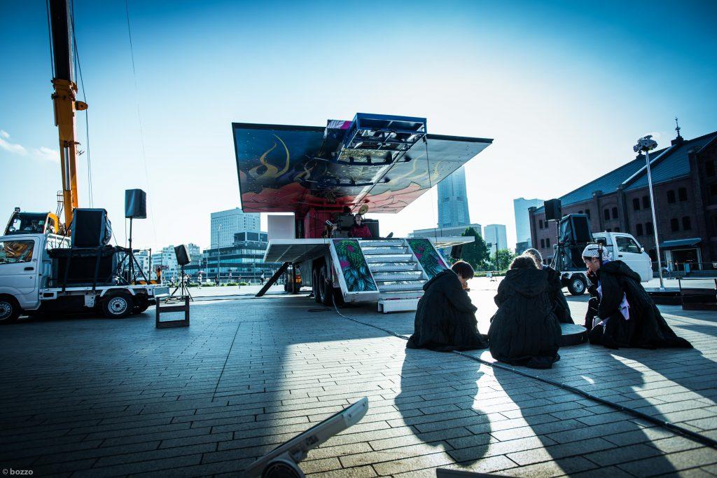 「ステージトレーラー」『日輪の翼』 KAAT神奈川芸術劇場/やなぎみわステージトレーラープロジェクト 撮影=bozzo